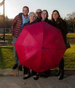 marca de la casa: todos detrás del paraguas rojo.