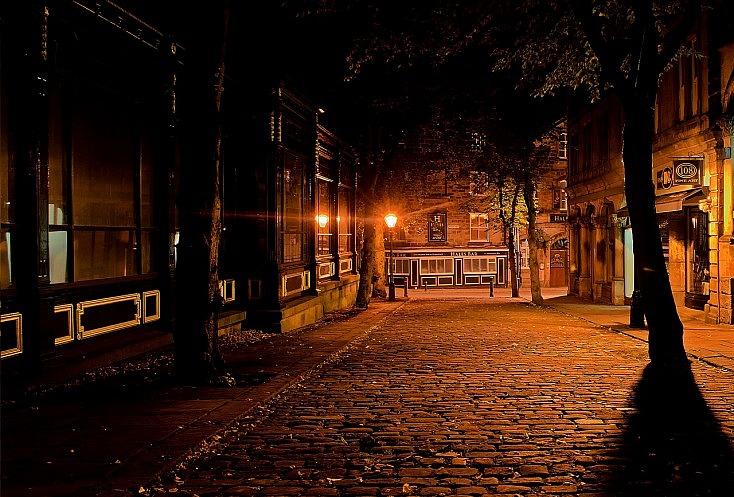 La iluminación de las calles vacías